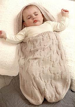 Вязанный конверт с капюшоном для новорожденного.