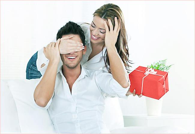 Девушка с подарком для мужа 471